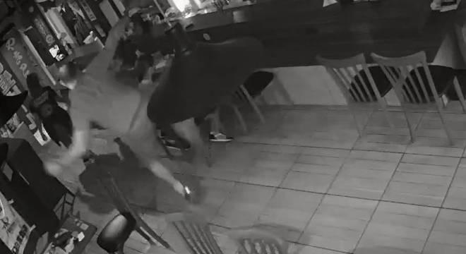 Agressor atingiu o homem com um chute após ouvi-lo tossir