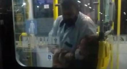 Motorista agredindo passageira em ônibus