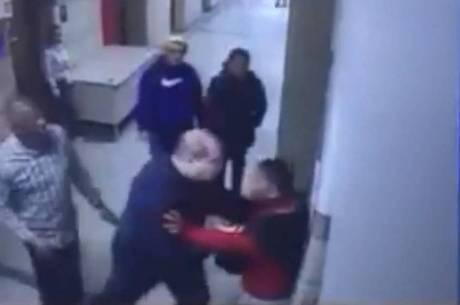Policial aparece empurrando rapaz contra parede
