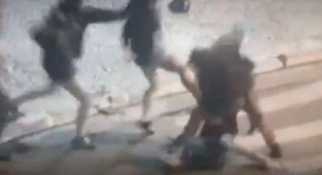 Duas pessoas foram identificadas nas filmagens e responsabilizadas pela agressão