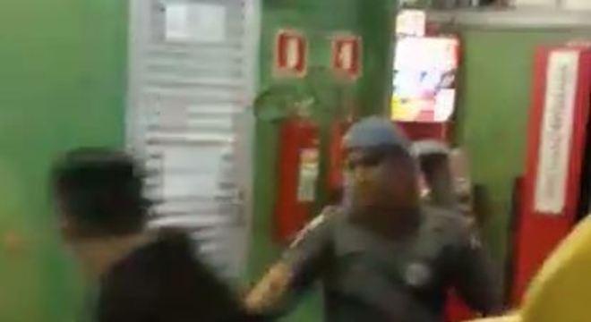 Novas imagens mostram agressão de segundo policial a passageiro de ônibus