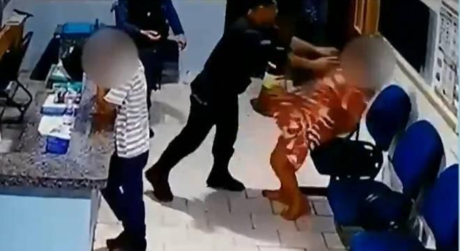 Mesmo algemada, vítima recebe tapas socos e chutes do policial