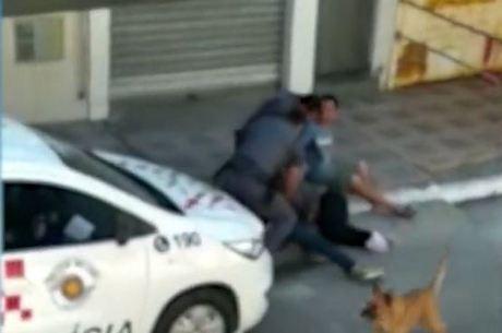 PMs pisam e arrastam mulher na zona sul de SP