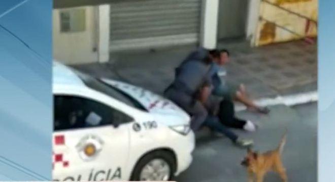 Em vídeo, é possível ver um dos policiais pisando no pescoço da mulher
