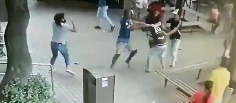 Homem apanha depois de atacar mulher em praça