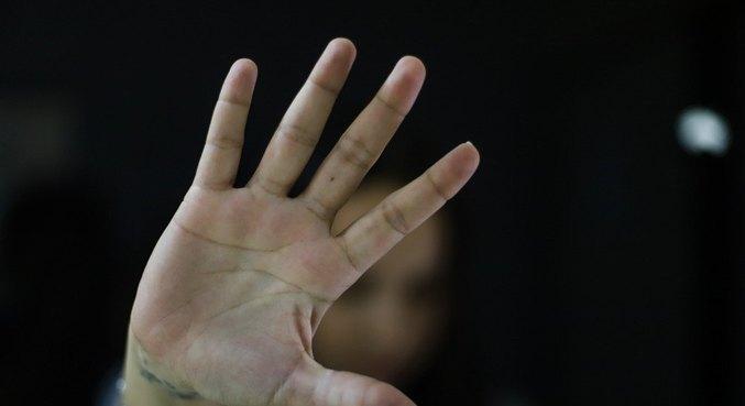 Governo de SP investe em sistema para monitorar agressor contra mulher