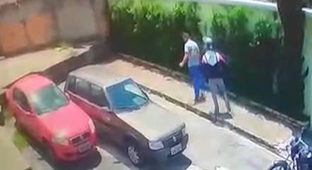 Policial agrediu motorista que passou mal na rua