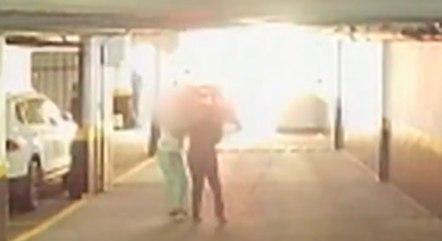 Câmeras da garagem gravaram as agressões