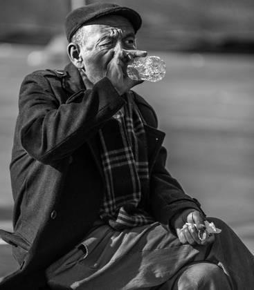 A água em nosso corpo depende da idade. Com o passar dos anos, a quantidade de gordura no corpo aumenta e a porcentagem de massa muscular diminui e, paralelamente, a proporção de água