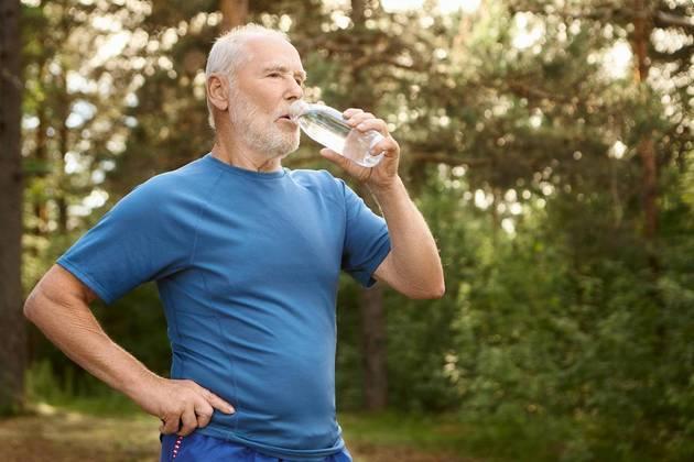 Os especialistas da Sociedade Espanhola de Geriatria e Gerontologia enfatizam que os idosos devem ser estimulados a beber água, mesmo que não tenham vontade, pois a percepção da sede é diminuída para eles. A Autoridade Europeia para a Segurança dos Alimentos indica que a ingestão adequada de água para adultos, incluindo idosos, seria de cerca de 2 litros por dia para mulheres e 2,5 litros para homens
