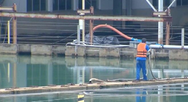 Homem trabalha em estação de tratamento de água