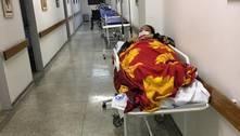 Em maca no corredor, jovem espera dois dias por cirurgia após acidente
