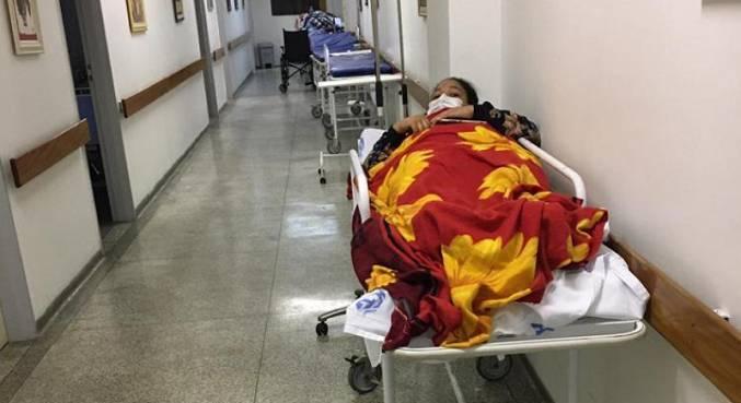 Paciente estava em  maca no corredor mas, após reclamações, foi encaminhada ao quarto