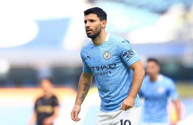 SergioAgüero, atacante do Manchester City, é o 6º colocado nessa lista dos maiores artilheiros em atividade no futebol mundial, com 425 gols. Mais da metade foi vestindo a camisa do City, sendo 257 gols marcados em 385 jogos