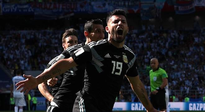 Agüero comemora gol da Argentina, seu primeiro em Copas do Mundo