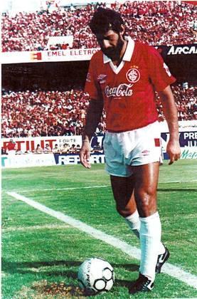 Aguirregaray - Grande zagueiro uruguaio da década de 80, atuou no Palmeiras e no Internacional no futebol brasileiro. No Colorado, foi vice-campeão brasileiro de 88. Aguirregaray defendeu a seleção uruguaia nas Copa América de 1987 e 1995, conquistando o título em ambas