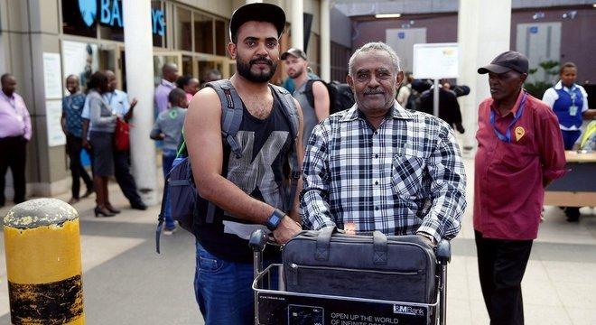 O voo que caiu após a decolagem neste domingo era conexão de Ahmed Khalid — fotografado já no aeroporto de Nairóbi com o pai