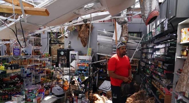 Ahmed Nawaz observa sua loja destruída na cidade de Lake Charles após furacão Laura