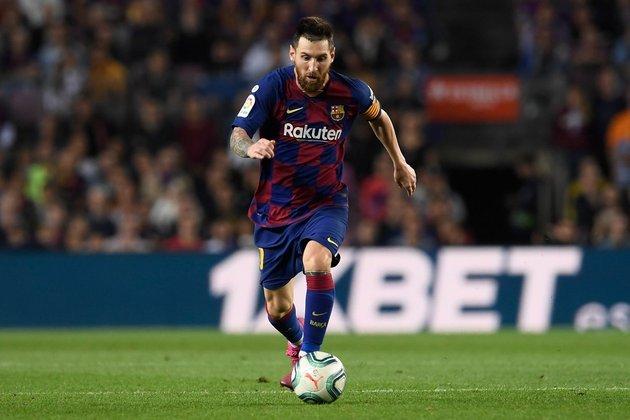 """Aí, é claro, com 1,70m não tem para ninguém: o """"mediano"""" (na altura!) Lionel Messi, do Barcelona."""