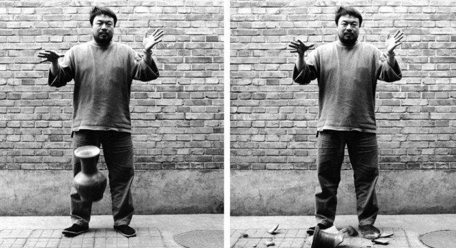 Ai Weiwei derrubou um vaso da dinastia Han de 2 mil anos para uma fotografia em 1995 - e ele pintou outros como um ato de vandalismo (Crédito: Ai Weiwei)