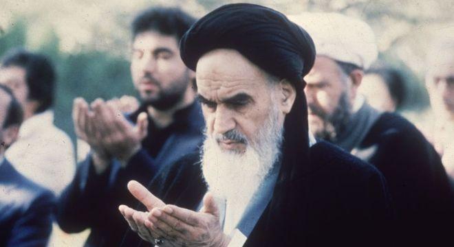 O aiatolá Khomeini se tornou o mais duro crítico das interferências dos EUA nos assuntos internos do Irã