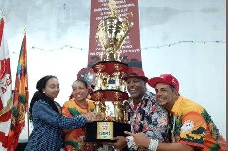 Ailton recebeu troféu junto com integrantes da escola