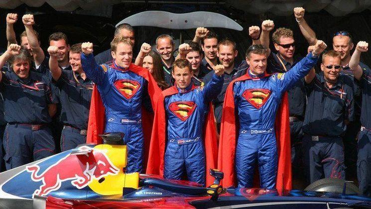 Ainda engatinhando na Fórmula 1, a dupla da Red Bull era formada pelo escocês David Coulthard e o holandês Robert Doornbos.