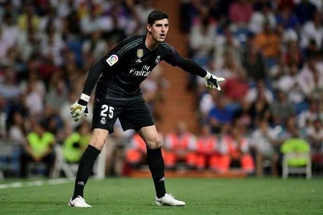 Ainda entre os goleiros, Courtois, do Real Madrid, é o grandalhão escolhido entre os de 1,99m.