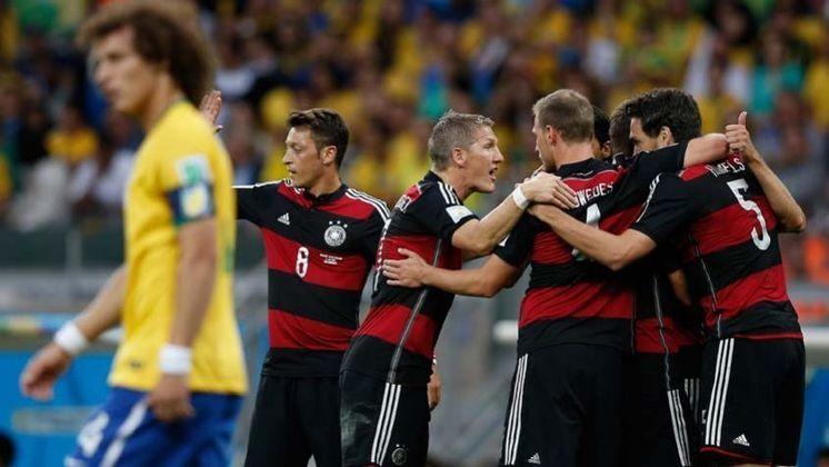 Ainda falando de Alemanha, é impossível não recordar o (doloroso) 7 a 1 sofrido pela Seleção Brasileira durante a Copa do Mundo de 2014, que aconteceu no Brasil, pela semifinal. Os gols foram marcados por Thomas Müller, Miroslav Klose, Toni Kroos (2), Sami Khedira, Andre Schürrle (2).
