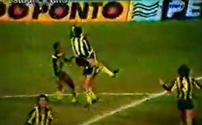 Ainda na fase de grupos de 1982, o Tricolor seguiu em Montevidéu após a vitória contra o Defensor para enfrentar o Peñarol. O uruguaios venceram por 1 a 0, com gol do zagueiro Walter Olivera, que dominou a bola com a mão antes de chutar no canto esquerdo de Waldir Peres.
