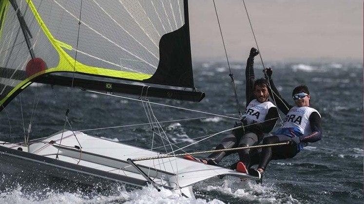 Ainda nesta hora, Marco Grael e Gabriel Borges disputam as regatas 4 e 6 na classe 49er.