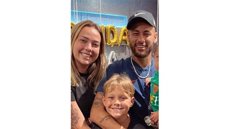 Ainda no início da carreira como jogador profissional, Neymar também teve um relacionamento com a modelo Carol Dantas, com quem teve seu filho Davi Luca, hoje com 9 anos. Apesar de estarem separados há anos, os dois mantém uma boa relação em prol do filho