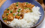 Karê com arroz, da chef Telma ShiraishiIngredientes:Para o caldo de legumes;Aparas dos vegetais;Casca da cebola;;Casca da maçã1½ litro de água;Para o KarêCaldo de legumes (feito anteriormente);1 maçã;1 dente de alho;50g de gengibre;1 cebola;1 cenoura;1 mandioquinha;1 batata inglesa;1 batata doce;1 chuchu¼ de kabocha½ xícara de chá de ervilha congelada4 colheres de sopa de curry em pó3 colheres de sopa de farinha de trigo3 colheres de sopa de manteiga4 colheres de sopa de óleo para o refogadoSal e pimenta-do-reino a gostoPara o Gohan2 xícaras de arroz japonês2 ¼ xícaras de água