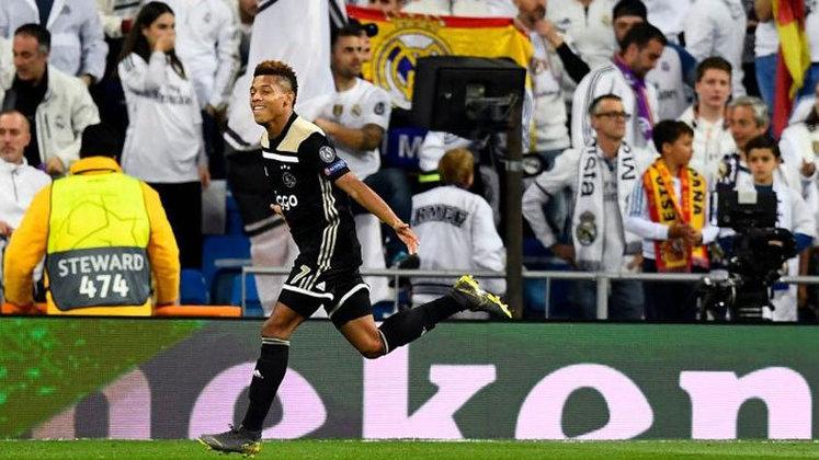 Ajax 0 x 0 Real Madrid - Champions League 2018/2019 - A primeira interferência do VAR na Champions League foi pra lá de polêmica. O árbitro Damir Skomina inicialmente não viu problemas no  gol de Tagliafico e nem mesmo os jogadores. Entretanto, o árbitro de vídeo chamou Skomina, que viu um suposto impedimento de Tadic na jogada, voltando atrás no que havia marcado.