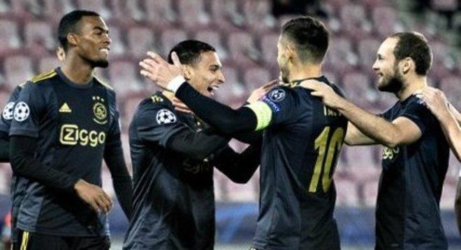 Antony, no centro, o seu orimeiro gol pelo Ajax