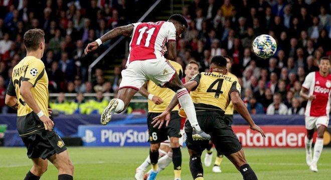 O gol de Promes, de cabeça, em Ajax 3 X 0 Lille