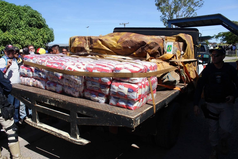 Governo afirma que dois caminhões com ajuda entraram na Venezuela