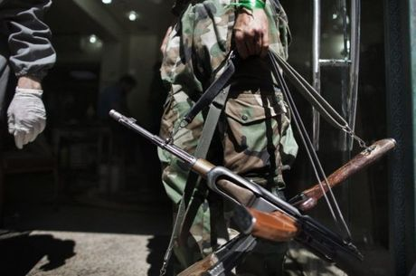 Khaled foi treinado a pedir como resgate fuzis Kalashnikov