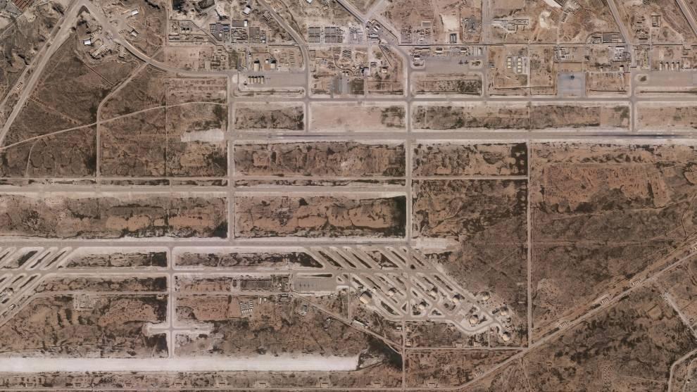 """Imagens feitas por satélite mostram danos significativos em edifícios da base aérea AlAsad no Iraque, que abriga tropas americanas e foi <a href=""""https://noticias.r7.com/internacional/foguetes-atingem-bases-aereas-dos-eua-no-iraque-08012020""""><b>atacada na noite de terça-feira (7) pelo Irã</b></a>, no que os analistas dizem que poderiam ser hangares e locais em que equipamentos eram guardados<br>Leia também:&nbsp;<a href=""""https://noticias.r7.com/internacional/trump-diz-que-ira-recuou-e-cobra-novo-acordo-nuclear-com-o-pais-08012020""""><b>Trump diz que Irã recuou e cobra novo acordo nuclear com o país</b></a>"""