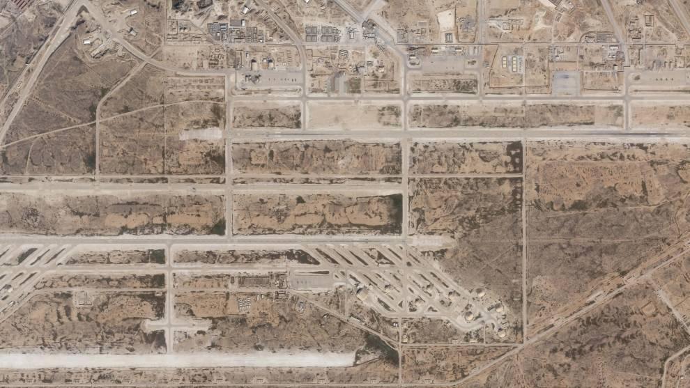 """O especialista David Schmerler, do Instituto de Estudos Internacionais de Middlebury, disse à emissora pública de rádio dos EUA """"NPR"""" que os edifícios afetados pelo ataque parecem ter sido usados para armazenar aviões<br><br>Leia também:&nbsp;<a href=""""https://noticias.r7.com/internacional/video-mostra-momento-em-que-foguetes-atingem-base-dos-eua-08012020"""">Vídeo mostra momento em que foguetes atingem base dos EUA</a>"""