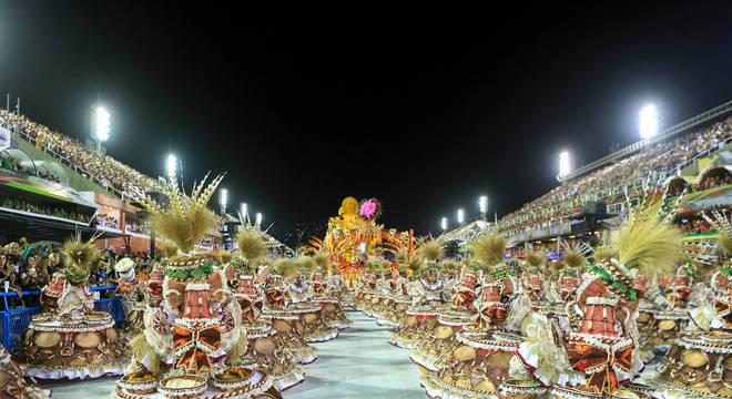 Ala das baianas da Viradouro veio representando as ganhadeiras quituteiras, que vendiam iguarias, quitutes e doces típicos