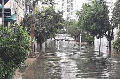 Temporal também causou estragos na capital paulista
