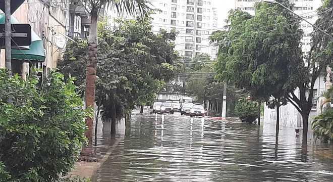 Estado de São Paulo sofre com as chuvas desde a madrugada desta segunda