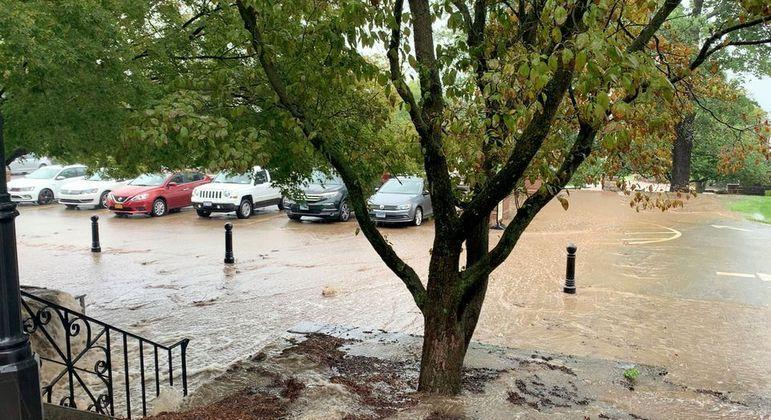 Área de estacionamento inundada é vista durante enchentes em Emmitsburg, Maryland, EUA