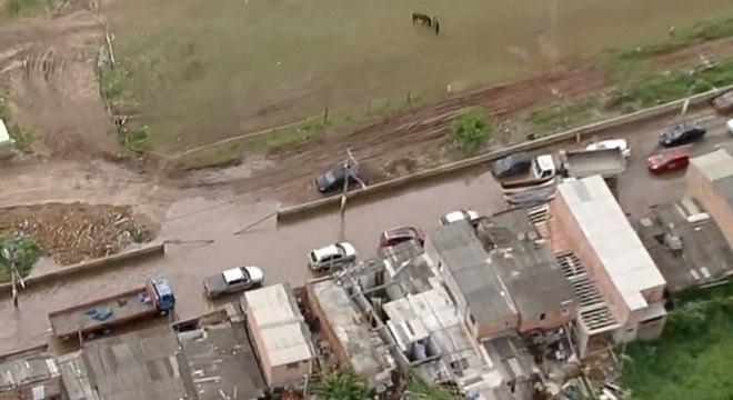Água acumulada na via prejudica o trânsito entre SP e Guarulhos