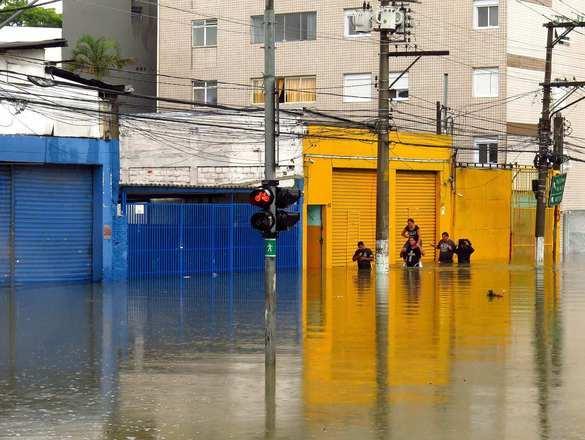 Avenida Cruzeiro do Sul, na zona norte da cidade de São Paulo, ficou tomada por água. O rodízio municipal de veículos está suspenso para carros e caminhões