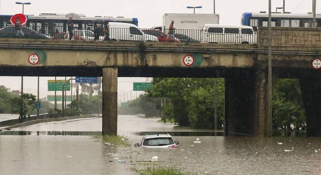 Fortes chuvas causam alagamento na Marginal Tietê nesta segunda-feira