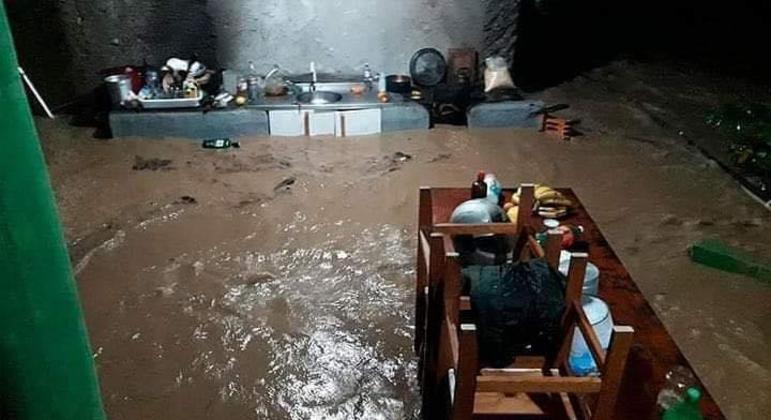 Água das chuvas invadiu casas em Santa Catarina e deixou desabrigados