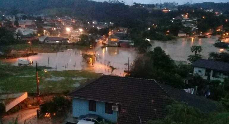 Bairros ficaram debaixo d'água após o forte temporal na madrugada desta quarta-feira (9)
