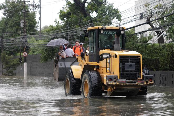 Devido a forte chuva durante a noite em São Paulo, na zona oeste, a Ponte da Freguesia, Av. Ermano Marchetti e Marquês de São Vicente estão alagadas. Na foto umtratoré utilizado para resgatar pessoas ilhadas.